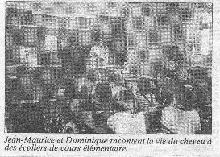 Jean-Maurice et Dominique racontent la vie du cheveu à des écoliers du cours élémentaire